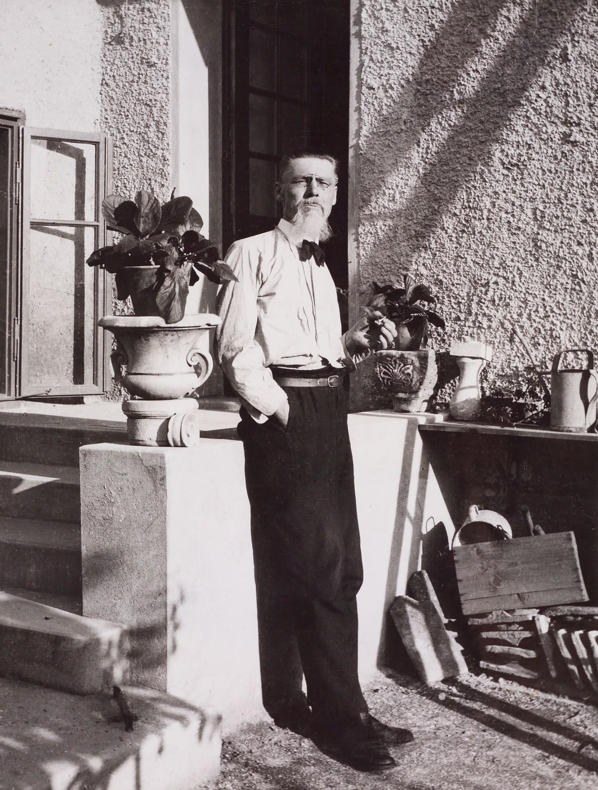 Dokumentacija MGML_Pleƒnik pred svojo hiþo, ok. 1926